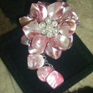 Foto Produk Bros bunga Kerang Pink dari FaUstA KiOkO Kids Shop