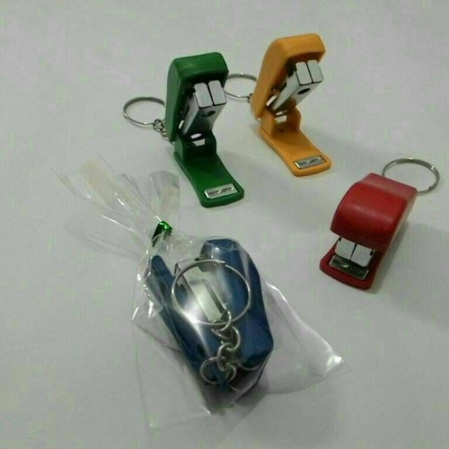 Foto Produk souvenir gantungan kunci steples warna dari reyhan souvenir