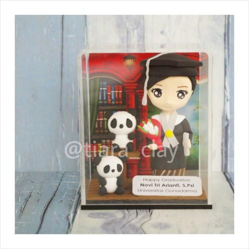Foto Produk Hadiah Wisuda Graduation Clay Doll Miniatur Figure Boneka dari Tiara Clay