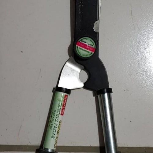 Foto Produk Gunting Pagar Rumput 2 Tangan Gagang Besi Kenmaster dari TOKO BESI TIMUR JAYA