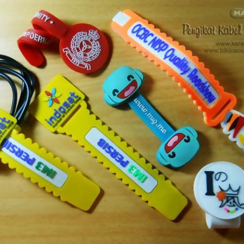 Foto Produk Souvenir Cord Holder / Pengikat kabel dengan desain Custom dari mahago aksesoris