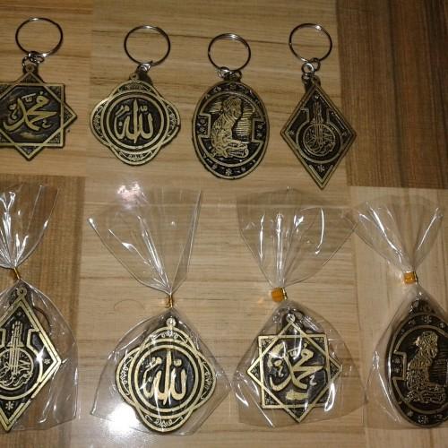 Foto Produk souvenir pernikahan gantungan kunci kaligrafi resin dari reyhan souvenir
