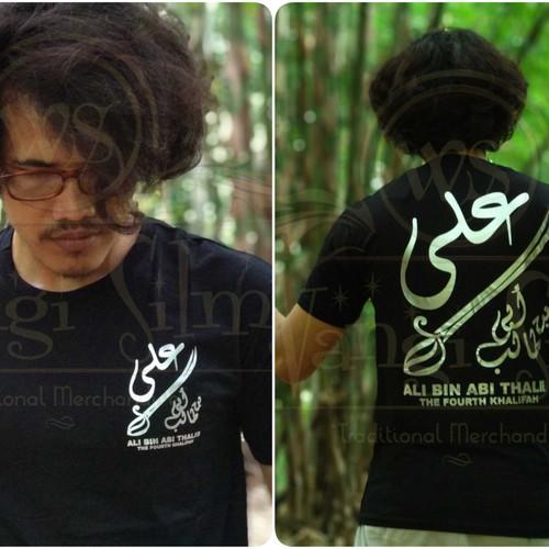 Foto Produk Kaos Tulisan Arab Ali Bin Abi Thalib, Kaos Khalifah, Kaos Sablon Foill dari wangisilmy