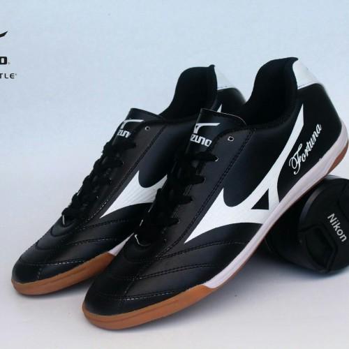 Foto Produk SEPATU FUTSAL PRIA MIZUNO FORTUNA HITAM LIST PUTIH dari WAT   Footwear