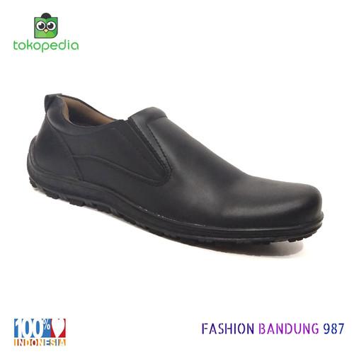 Foto Produk SEPATU KASUAL PRIA SLIP ON HITAM BAHAN KULIT ASLI MODEL POLOS dari Fashion Bandung 987
