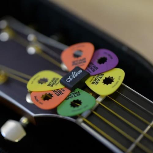 Foto Produk Pick Holder Alice Karet / Tempat Pik Gitar Black Rubber Headstock dari Grandia Shop