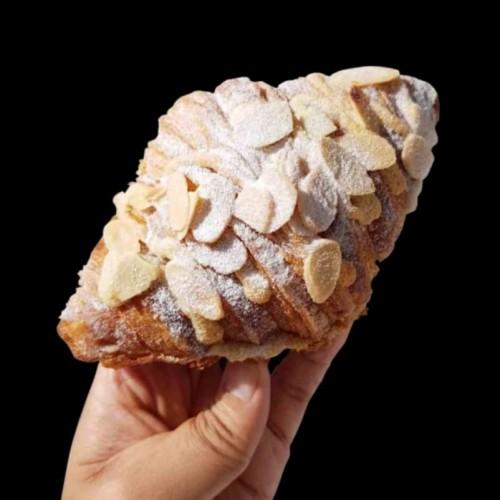 Foto Produk Almond Croissant dari Don Bakeshop