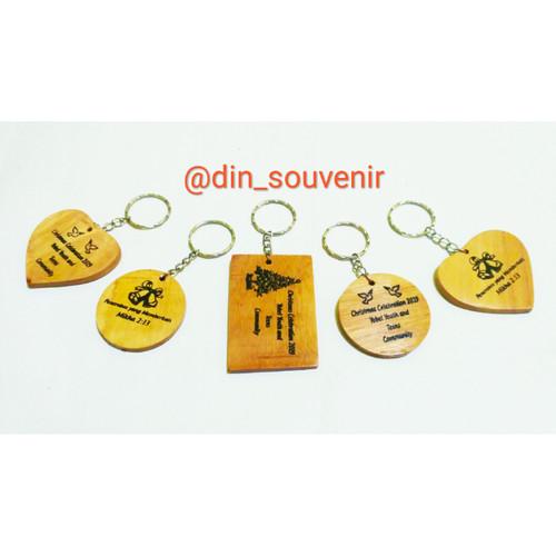 Foto Produk Souvenir Gantungan Kunci Kayu Putih Sablon Request dari Ad-Din Store