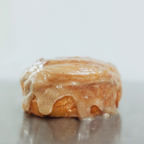 Foto Produk Cinnamon Roll Croissant dari Weirdough Bakehouse