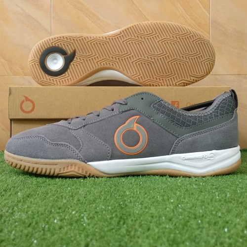 Foto Produk Sepatu Futsal Ortuseight Jogosala Dominator IN - Gunmetal/White/Gum - 38 dari KICKOFF SPORTS